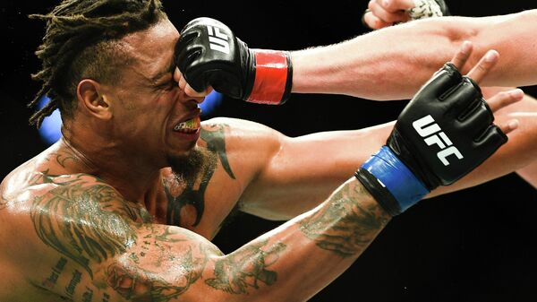 Грэг Харди (США) во время боя с Александром Волковым (Россия) в тяжелом весе на турнире по смешанным единоборствам UFC Fight Night в Москве