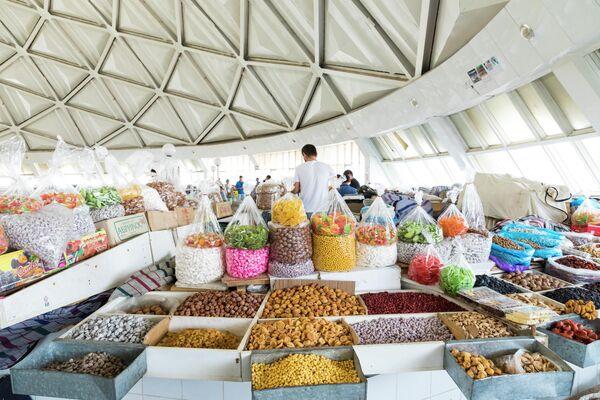 Сухофрукты и орехи на рынке в Ташкенте, Узбекистан