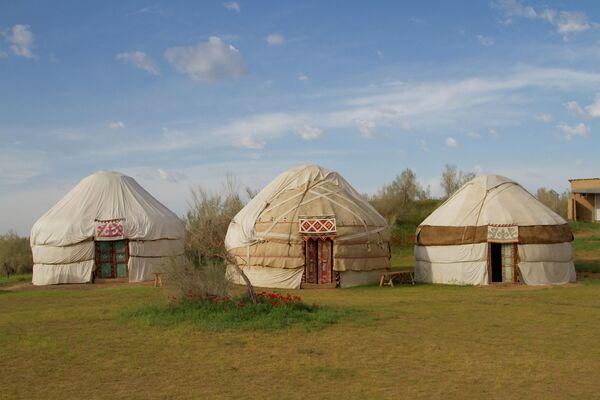Казахская юрта в пустыне Кызылкум в Узбекистане