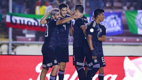 Футболисты сборной Мексики радуются забитому мячу