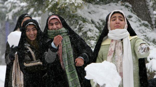 Сильные ночные снегопады накрыли большую часть Ирана в воскресенье, что привело к закрытию школ и основных дорог и отмене внутренних рейсов