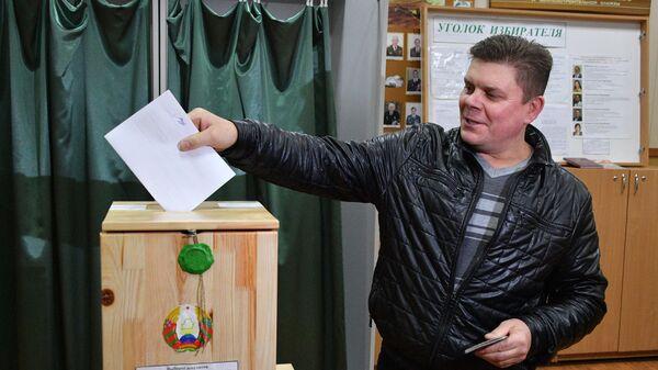 Мужчина голосует на избирательном участке во время парламентских выборов