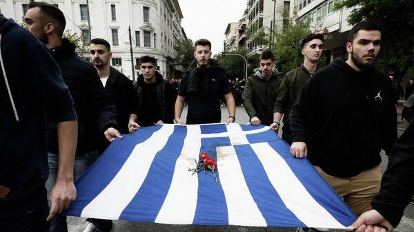 Участники акции протеста в Афинах, приуроченной к Дню Политехнио