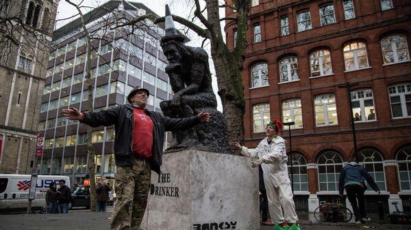 Скульптура  художника Бэнкси Пьяница и участники арт-группы Art Kieda