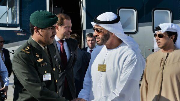Наследный принц эмирата Абу-Даби Мухаммед Бен Заид Аль Нахайян (второй справа) и первый лейтенант-пилот Рашид Аль Сауд после осмотра российского среднего многоцелевого вертолёта Ми-38