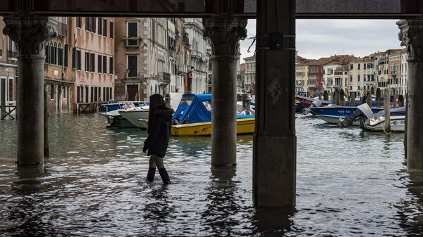 На одной из улиц в Венеции во время наводнения