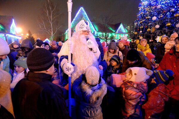 Участники празднования дня рождения Деда Мороза в музее-заповеднике Кузьминки-Люблино в Москве