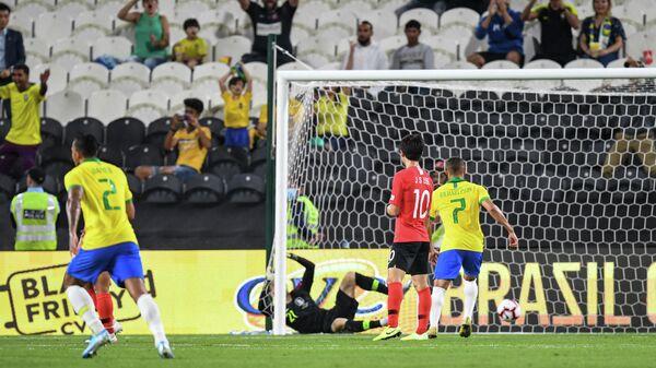 Филиппе Коутиньо забивает гол сборной Кореи
