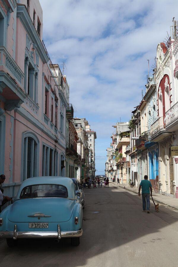 Солнце и яркое небо украшают Гавану, она становится похожа на привычный город-мечты с открыток и постеров. Как на этой фотографии.