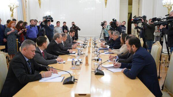 Министр иностранных дел РФ Сергей Лавров и министр иностранных дел Бахрейна Халед бен Ахмед аль-Халифа во время встречи в Москве