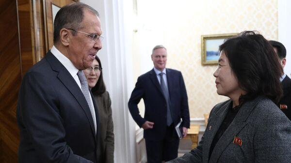 Министр иностранных дел РФ Сергей Лавров и первый заместитель главы МИД КНДР Цой Сон Хи во время встречи в Москве
