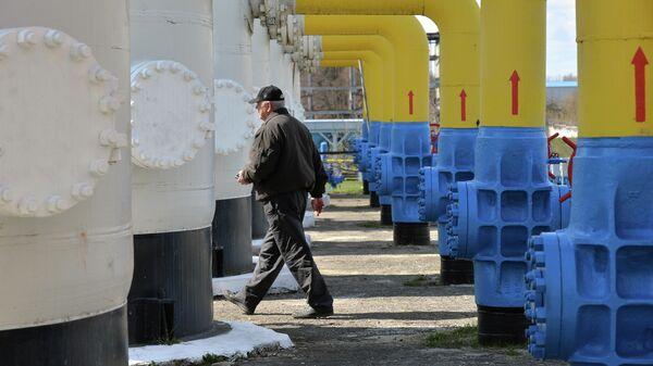 Рабочий на газовой станции рядом с городом Боярка на Украине