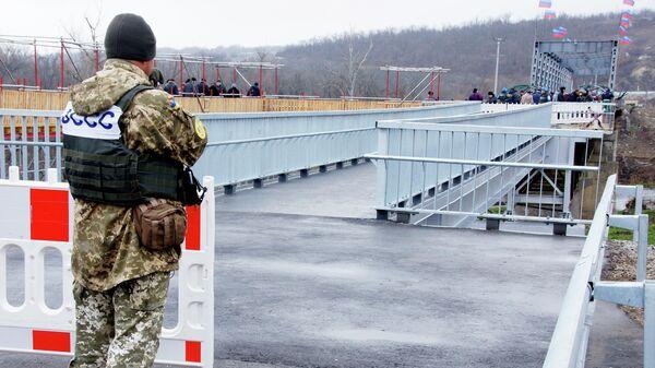 Восстановленный пешеходный мост через реку Северный Донец у КПП Станица Луганская. 20 ноября 2019