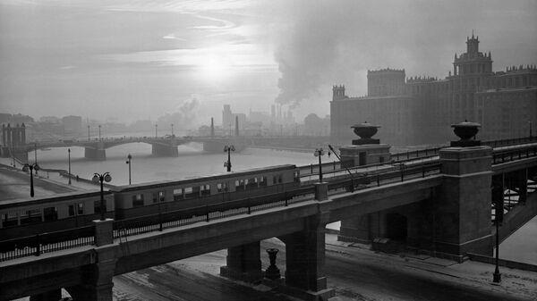 Метромост через Москву-реку на Смоленской набережной. На заднем плане Бородинский мост