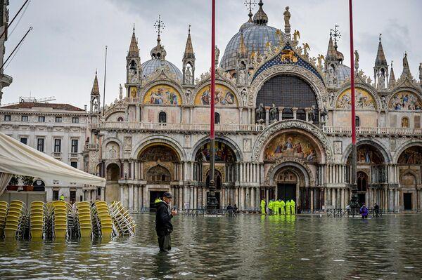 На площади Сан-Марко в Венеции во время наводнения