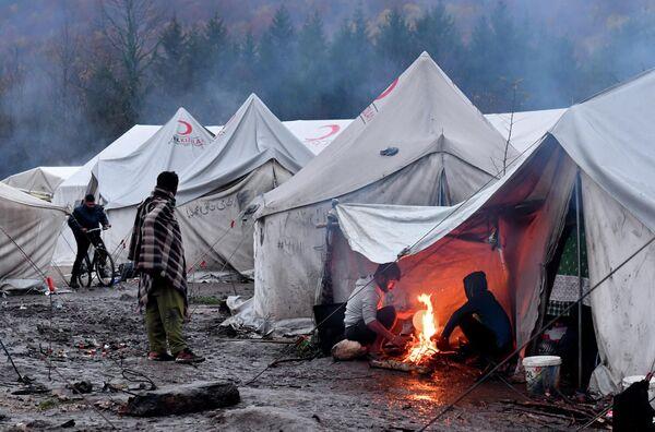 Нелегальные мигранты в палаточном лагере на окраине города Бихач в Боснии и Герцеговине