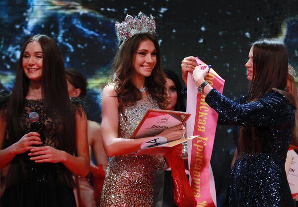 Победительница конкурса красоты Российская Красавица 2019 Алина Рудакова (в центре) на церемонии награждения