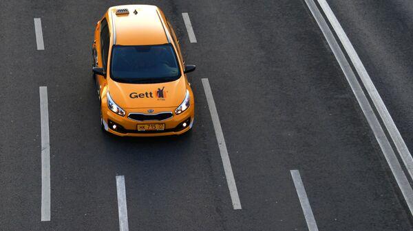 Автомобиль Taxi Gett на улице в Москве