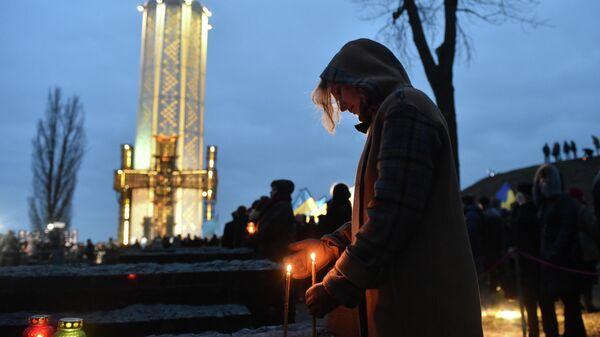 Участница траурных мероприятий в День памяти жертв Голодомора в Киеве