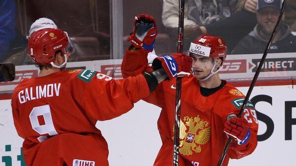 Игроки сборной России Кирилл Слепец (справа)