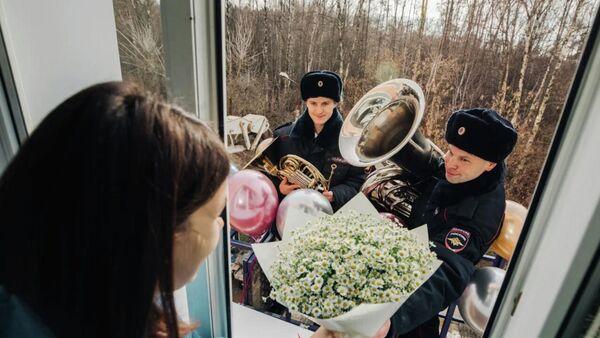 Сотрудники МВД поздравляют пациентку перинатального центра с Днем матери