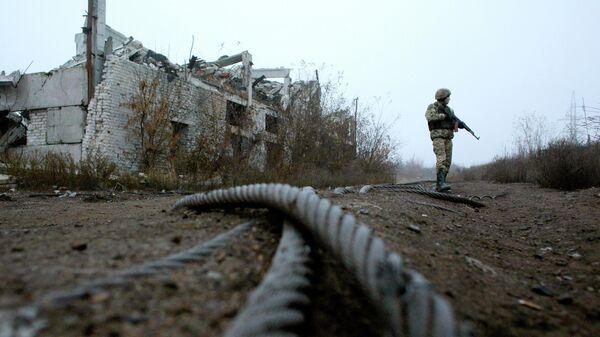 Украинский военнослужащий на линии соприкосновения в ДНР
