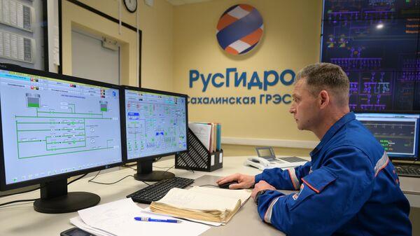 Сотрудник диспетчерского пункта на Сахалинской ГРЭС-2 в селе Ильинское Томаринского района Сахалинской области