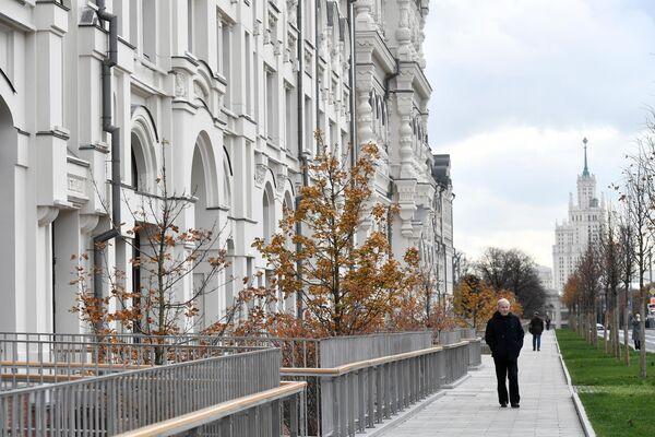 Мужчина идет по улице Новая площадь мимо здания Политехнического музея в Москве