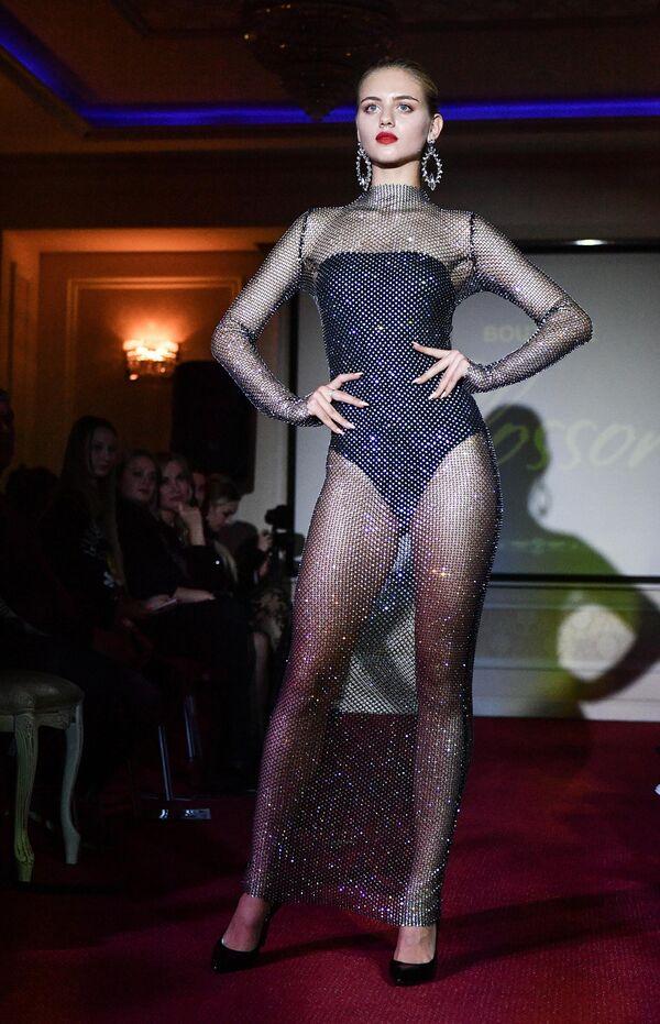 Модель демонстрирует одежду из коллекции бутика дизайнерской одежды Blossom дизайнеров Ирины Марчук и Эльвиры Гасановой на Крымской неделе моды в отеле Villa Elena в Ялте