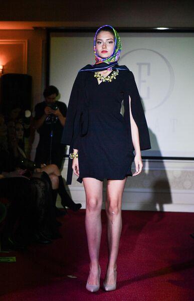 Модель демонстрирует одежду из коллекции Московского дизайнерского арт-проекта DariaGio на Крымской неделе моды в отеле Villa Elena в Ялте