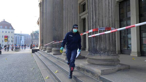 Женщина-полицейский у дворца Зеленый свод в Дрездене