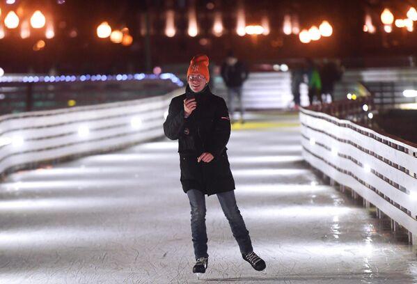 Отдыхающий на открытии катка Восход в Центральном парке культуры и отдыха имени Горького в Москве