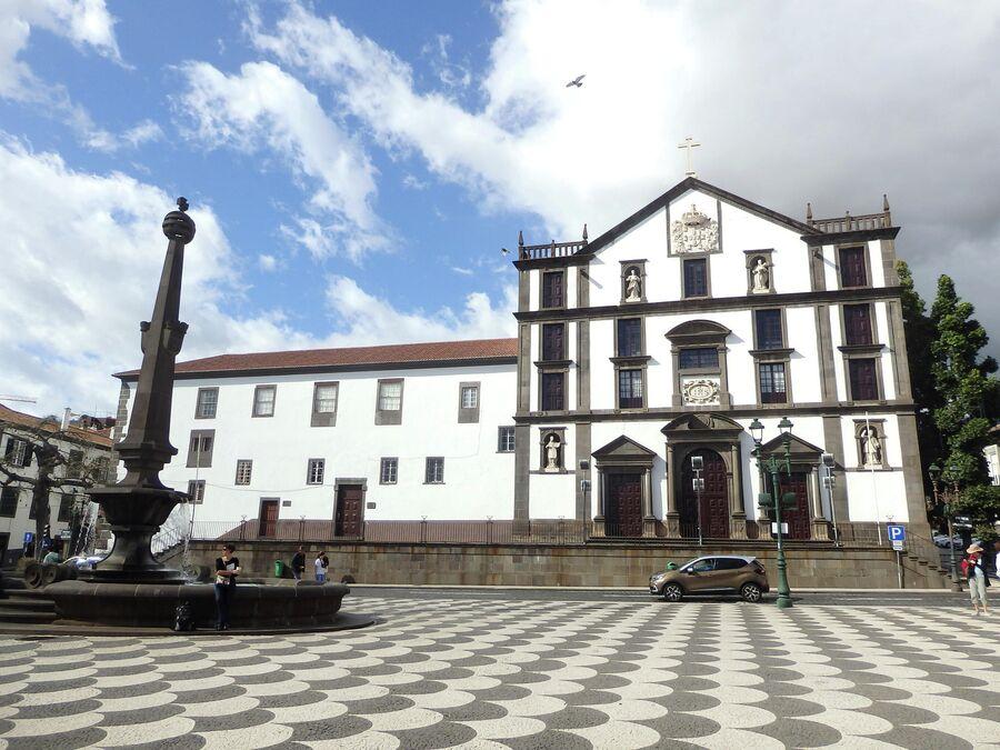 Муниципальная площадь, Иезуитская церковь