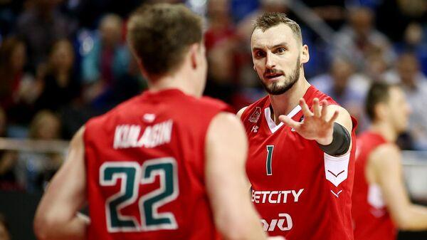 Игроки БК Локомотив-Кубань Дмитрий Кулагин и Сэм Деккер (справа)