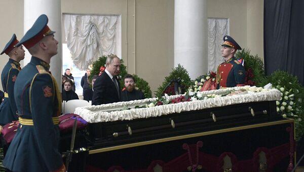 Президент РФ Владимир Путин на церемонии прощания с президентом Санкт-Петербургского государственного университета Людмилой Вербицкой
