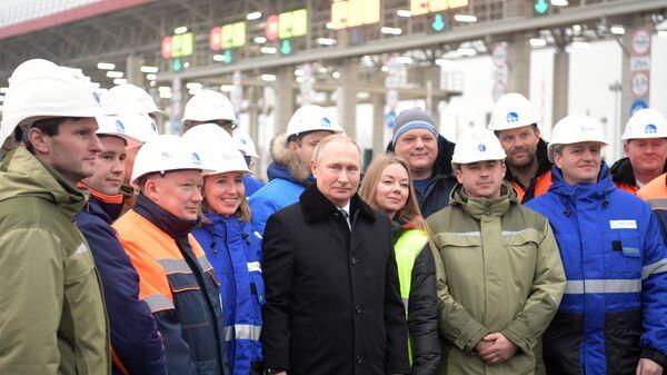 Президент РФ Владимир Путин фотографируется с рабочими на церемонии открытия скоростной платной трассы М-11 Москва - Санкт-Петербург