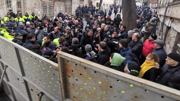 Полицейские дежурят у входов в парламент Грузии. 28 ноября 2019