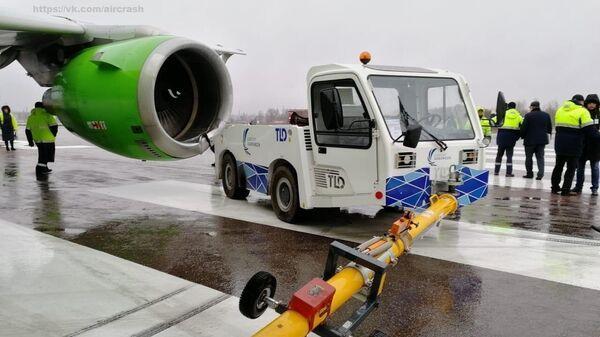 В аэропорту Воронежа тягач столкнулся с самолетом авиакомпании S7