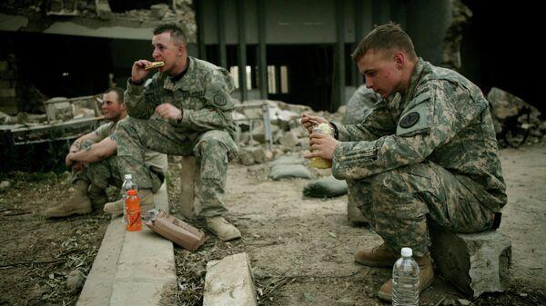 Солдаты армии США во время обеда в Мосуле, Ирак