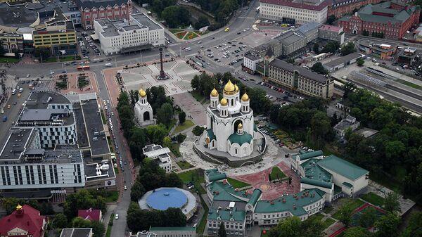 Вид с борта вертолета на кафедральный собор Христа Спасителя и площадь Победы в Калининграде