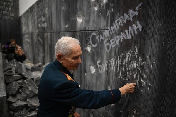 Ветеран Р. Д. Битянов нанес надпись на стену Рейхстага в Музее Победы