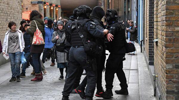 Полиция задерживает человека на улице на южной стороне Лондонского моста в Лондоне. 29 ноября 2019
