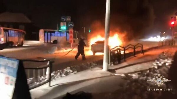 Томский полицейский спас пожилую женщину из горящего автомобиля
