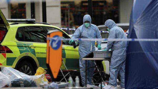 Эксперты криминалисты на месте инцидента  на Лондонском мосту, в результате которого два человека были убиты, в Лондоне, Великобритания. 30 ноября 2019