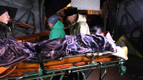 Пострадавшая при ДТП с пассажирским автобусом в Забайкальском крае во время транспортировки в реанимобиль