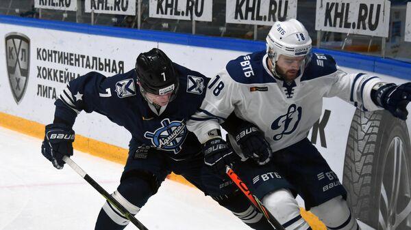 Игрок Динамо Дмитрий Моисеев (справа)