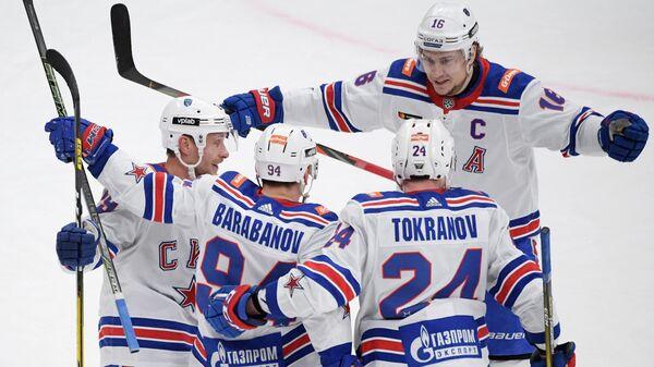 Игроки ХК СКА радуются заброшенной шайбе в матче регулярного чемпионата Континентальной хоккейной лиги между ПХК ЦСКА (Москва) и ХК СКА (Санкт-Петербург).