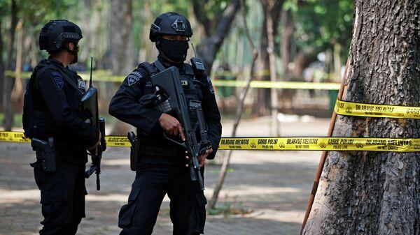Сотрудники полиции Индонезии на территории Национального монумента независимости в центре Джакарты, где произошел взрыв. 3 декабря 2019