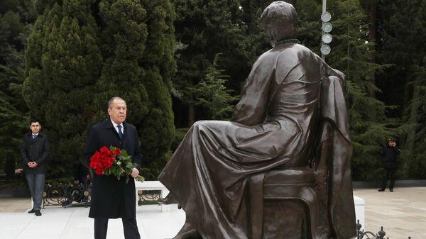 Министр иностранных дел РФ Сергей Лавров во время возложения цветов к мемориалу Гейдара Алиева в Баку