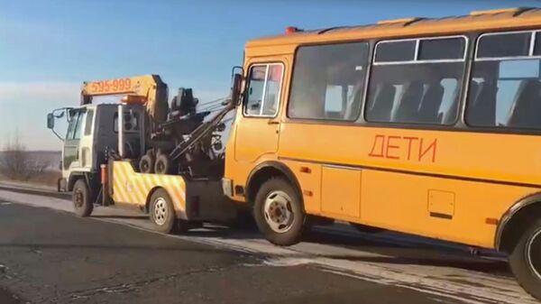 Эвакуация школьного автобуса, у водителя которого были выявлены признаки опьянения. Стоп-кадр видео